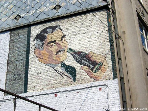 kola-icen-adam-posteri-duvarda